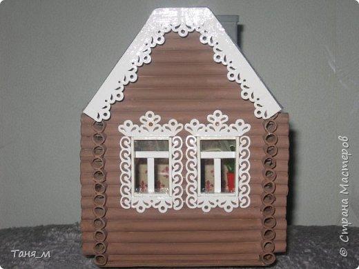 Дом сделан из бумажных трубочек. Размер домика вместе с крылечком 30 на 17. Включается свет выключателем. фото 2