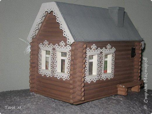 Дом сделан из бумажных трубочек. Размер домика вместе с крылечком 30 на 17. Включается свет выключателем. фото 3