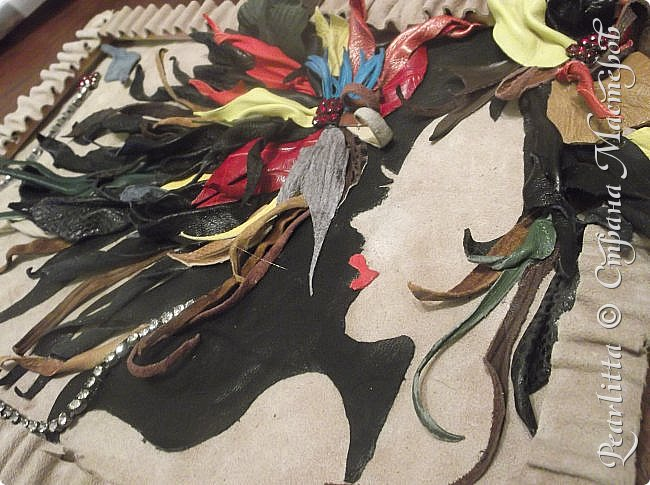 Объёмная картина- абстракция  из кожи и замши. Двойное видение: горизонтально-девушка с волосами, вертикально- цветы, выпадающие из чёрной чаши. фото 1