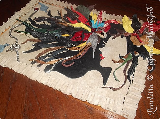 Объёмная картина- абстракция  из кожи и замши. Двойное видение: горизонтально-девушка с волосами, вертикально- цветы, выпадающие из чёрной чаши. фото 4