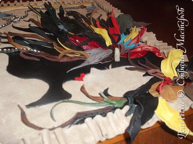 Объёмная картина- абстракция  из кожи и замши. Двойное видение: горизонтально-девушка с волосами, вертикально- цветы, выпадающие из чёрной чаши. фото 5