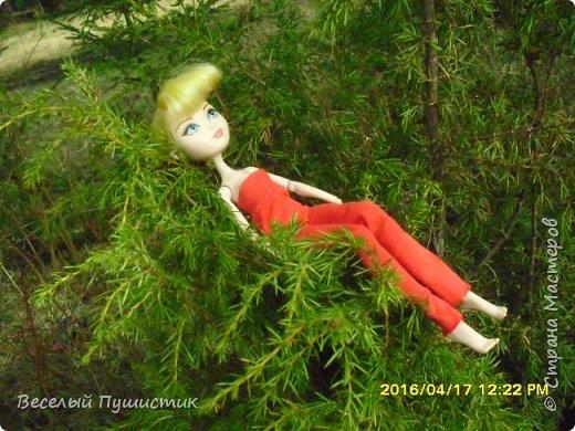 """Всем привет! Апрель уже подходит к концу, и я решила вспомнить, как недели две назад мы ездили на первый в этом году пикник, в село Луговое, а заодно и показать фотографии. Для этой поездки я сделала красный комбинезон без рукавов, а чтобы этот наряд не выглядел чересчур """"дискотечным"""" с собой я взяла снуд, который я уже показывала ранее в этом http://stranamasterov.ru/node/954526 блоге. Было очень светло и фотографии получились очень солнечными. Итак, Поехали! фото 13"""