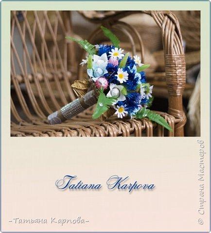 «…Цьвяток радзiмы васiлька!» Легенда: букет-символ в национальном стиле.  То, о чем молчит девушка, скажут за нее цветы…  Главным акцентом букета являются чистый синий цвет василька – это символ верности и чистоты, постоянства и духовности. Цветок клевера означает связь поколений. Ромашка символ радости и доброты. Простота и чистота этих цветов также ассоциируется с юностью и невинностью. Колокольчик тоже цветок радости и оберег. Наряду с соломенными колокольчиками оберегают молодую семью от неприятностей, злых духов. Пять маленьких колокольчиков по кругу символизируют семью и продолжение рода.  Букет и бутоньерка олицетворяют объединение любящих сердец! Описание работы: материалы - льняная бечёвка, гофра, кружево и стразы, соломенные колокольчики, искусственная зелень. конфеты: Марсианка, карамель с начинкой, общее количество 25 шт  Размер букета: высота 30 см, диаметр 22 см.  Техника исполнения: свит-дизайн, макраме фото 3