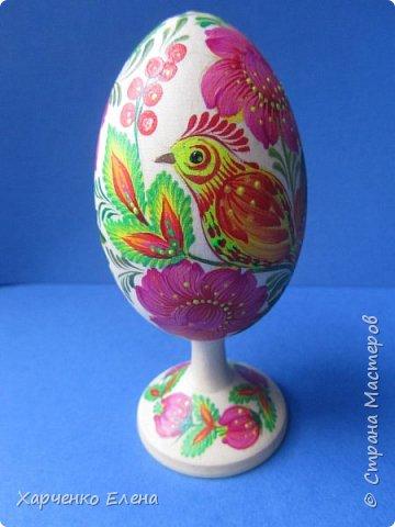 Деревянное яйцо на подставке расписано акриловыми красками в стиле петриковской росписи. фото 2