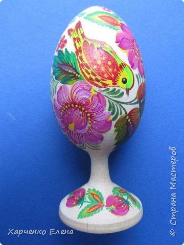 Деревянное яйцо на подставке расписано акриловыми красками в стиле петриковской росписи. фото 1