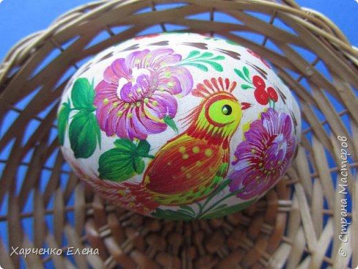 Деревянное яйцо на подставке расписано акриловыми красками в стиле петриковской росписи. фото 3