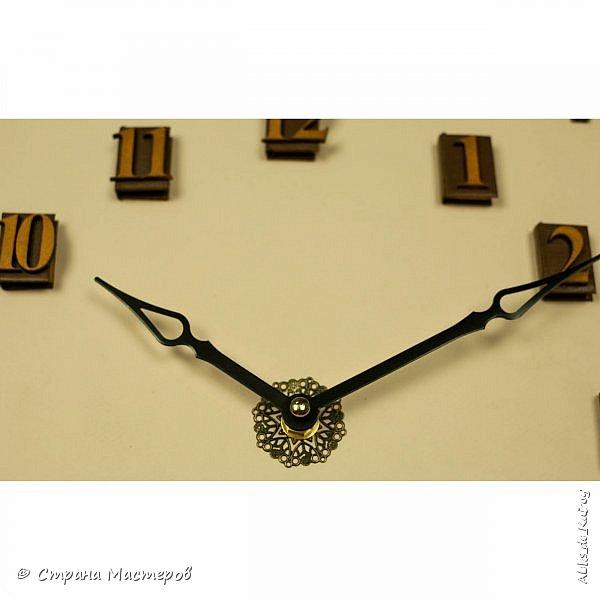 """Давно хотел сделать часы из книги с маятником, но всё никак не мог найти идею. Готово! Часы из книги """"Модерн-2"""" маятник из дерева с бронзовой филигранью,цифры моя классика - книжечки размер книги 28х39 см. готовы ещё две работы, но без декора, жду когда приедут декоративные элементы из заграницы. фото 5"""