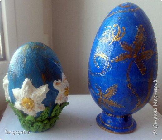 """Здравствуйте, дорогие соседи по Стране Мастеров! Поздравляю вас с праздником Пасхи! Желаю всего самого наилучшего! Очень мне нравятся яйца Фабирже. И захотелось в этом году сделать имитацию таких яиц. Только у  Фабирже все яйца со секретом, а у меня все """"секретики"""" видны сразу. Все яйца сделаны из пластмассовых яиц от """"киндер-сюрприза"""", сделала """"окошко"""", склеила, покрасила, подставки крышки от молочных бутылок, а дальше пошли различая, пробовала разные техники.     фото 3"""