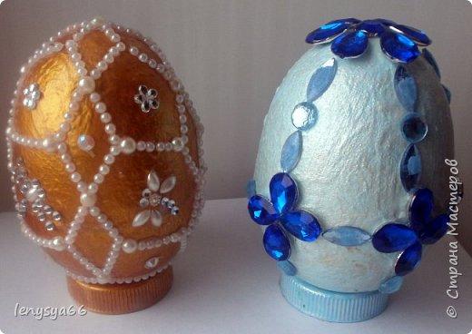 """Здравствуйте, дорогие соседи по Стране Мастеров! Поздравляю вас с праздником Пасхи! Желаю всего самого наилучшего! Очень мне нравятся яйца Фабирже. И захотелось в этом году сделать имитацию таких яиц. Только у  Фабирже все яйца со секретом, а у меня все """"секретики"""" видны сразу. Все яйца сделаны из пластмассовых яиц от """"киндер-сюрприза"""", сделала """"окошко"""", склеила, покрасила, подставки крышки от молочных бутылок, а дальше пошли различая, пробовала разные техники.     фото 7"""