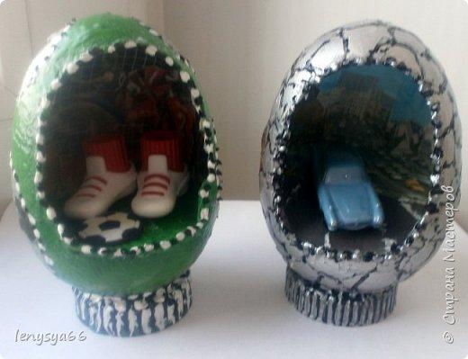 """Здравствуйте, дорогие соседи по Стране Мастеров! Поздравляю вас с праздником Пасхи! Желаю всего самого наилучшего! Очень мне нравятся яйца Фабирже. И захотелось в этом году сделать имитацию таких яиц. Только у  Фабирже все яйца со секретом, а у меня все """"секретики"""" видны сразу. Все яйца сделаны из пластмассовых яиц от """"киндер-сюрприза"""", сделала """"окошко"""", склеила, покрасила, подставки крышки от молочных бутылок, а дальше пошли различая, пробовала разные техники.     фото 8"""