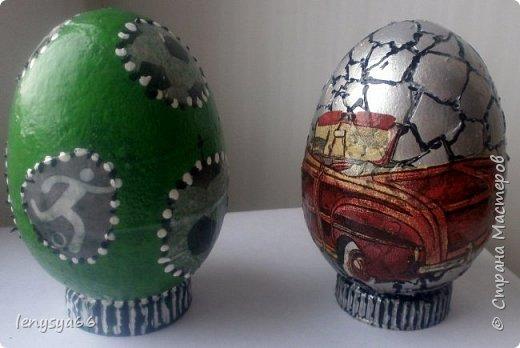 """Здравствуйте, дорогие соседи по Стране Мастеров! Поздравляю вас с праздником Пасхи! Желаю всего самого наилучшего! Очень мне нравятся яйца Фабирже. И захотелось в этом году сделать имитацию таких яиц. Только у  Фабирже все яйца со секретом, а у меня все """"секретики"""" видны сразу. Все яйца сделаны из пластмассовых яиц от """"киндер-сюрприза"""", сделала """"окошко"""", склеила, покрасила, подставки крышки от молочных бутылок, а дальше пошли различая, пробовала разные техники.     фото 9"""