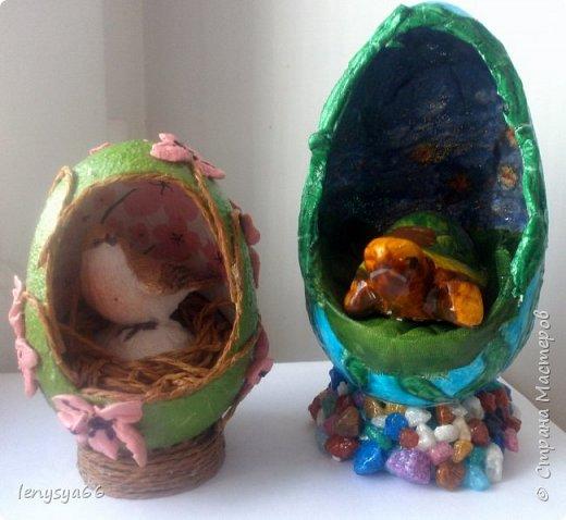 """Здравствуйте, дорогие соседи по Стране Мастеров! Поздравляю вас с праздником Пасхи! Желаю всего самого наилучшего! Очень мне нравятся яйца Фабирже. И захотелось в этом году сделать имитацию таких яиц. Только у  Фабирже все яйца со секретом, а у меня все """"секретики"""" видны сразу. Все яйца сделаны из пластмассовых яиц от """"киндер-сюрприза"""", сделала """"окошко"""", склеила, покрасила, подставки крышки от молочных бутылок, а дальше пошли различая, пробовала разные техники.     фото 10"""