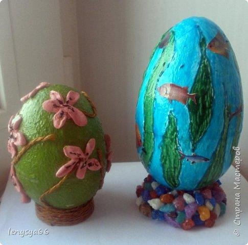 """Здравствуйте, дорогие соседи по Стране Мастеров! Поздравляю вас с праздником Пасхи! Желаю всего самого наилучшего! Очень мне нравятся яйца Фабирже. И захотелось в этом году сделать имитацию таких яиц. Только у  Фабирже все яйца со секретом, а у меня все """"секретики"""" видны сразу. Все яйца сделаны из пластмассовых яиц от """"киндер-сюрприза"""", сделала """"окошко"""", склеила, покрасила, подставки крышки от молочных бутылок, а дальше пошли различая, пробовала разные техники.     фото 11"""