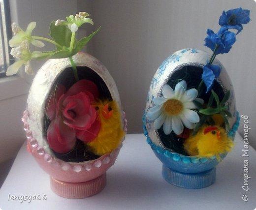 """Здравствуйте, дорогие соседи по Стране Мастеров! Поздравляю вас с праздником Пасхи! Желаю всего самого наилучшего! Очень мне нравятся яйца Фабирже. И захотелось в этом году сделать имитацию таких яиц. Только у  Фабирже все яйца со секретом, а у меня все """"секретики"""" видны сразу. Все яйца сделаны из пластмассовых яиц от """"киндер-сюрприза"""", сделала """"окошко"""", склеила, покрасила, подставки крышки от молочных бутылок, а дальше пошли различая, пробовала разные техники.     фото 14"""