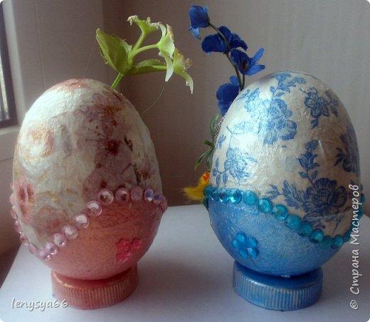 """Здравствуйте, дорогие соседи по Стране Мастеров! Поздравляю вас с праздником Пасхи! Желаю всего самого наилучшего! Очень мне нравятся яйца Фабирже. И захотелось в этом году сделать имитацию таких яиц. Только у  Фабирже все яйца со секретом, а у меня все """"секретики"""" видны сразу. Все яйца сделаны из пластмассовых яиц от """"киндер-сюрприза"""", сделала """"окошко"""", склеила, покрасила, подставки крышки от молочных бутылок, а дальше пошли различая, пробовала разные техники.     фото 15"""