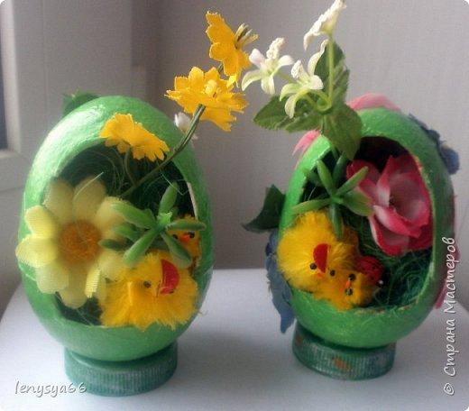 """Здравствуйте, дорогие соседи по Стране Мастеров! Поздравляю вас с праздником Пасхи! Желаю всего самого наилучшего! Очень мне нравятся яйца Фабирже. И захотелось в этом году сделать имитацию таких яиц. Только у  Фабирже все яйца со секретом, а у меня все """"секретики"""" видны сразу. Все яйца сделаны из пластмассовых яиц от """"киндер-сюрприза"""", сделала """"окошко"""", склеила, покрасила, подставки крышки от молочных бутылок, а дальше пошли различая, пробовала разные техники.     фото 16"""