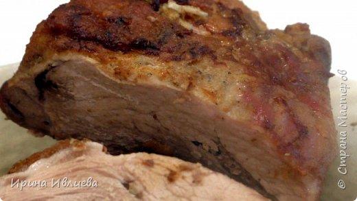 Добрый вечер жители страны! Запеченная в горчице свинина  Ингредиенты:  - свинина - 1000 г; - чеснок (4-5 зубчиков); - горчица (2 - 3 ст. ложки); - соль, перец.   Приготовление:  1. Мясо солим, перчим по вкусу. Шпигуем в разных местах чесноком. Намазываем горчицей и оставляем на несколько часов в холодном месте.   2. Заворачиваем в фольгу, плотно, чтобы не выпускать сок. Кладем в форму и ставим в духовку, разогретую до 180 градусов. Примерно на час. По истечении этого часа (или чуть больше), открываем фольгу, прибавляем температуры и оставляем мясо в духовке еще минут на 10.