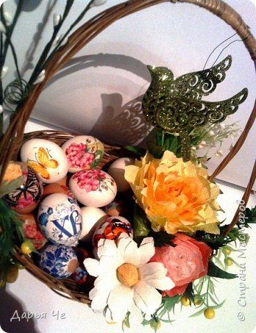 Поздравляю всех со светлым праздником. С Пасхой!!! Такую корзиночку собрала для наших пасхальных яиц, делала из того, что было на рабочем столе. Цветы использовала учебные, надо было куда-то использовать, естественно не заказчикам отдавать, пустила их в дело для своих. фото 2