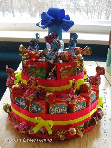 """Подарок на День рождения! Торт """"Любимый сок"""" состоит из двух ярусов. Украшение: ленты,конфеты,  всередине бутылочка. фото 1"""
