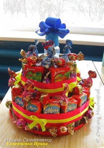 """Подарок на День рождения! Торт """"Любимый сок"""" состоит из двух ярусов. Украшение: ленты,конфеты,  всередине бутылочка. фото 2"""