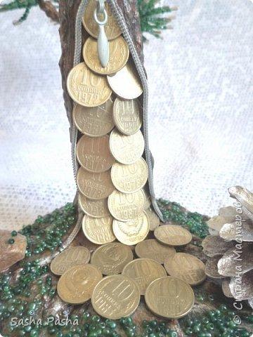 Доброго времени суток всем жителям СМ. Я сегодня с сосной, да не простой, а денежной! Подобную сосну я уже делала, только в золотистом цвете, захотелось серебра да ещё и денежек.Большую помощь оказал МК Тамары Александровны    http://stranamasterov.ru/node/743994    .Тамара Александровна, спасибо. А сама сосна по МК http://stranamasterov.ru/node/286070?c=favorite.   Что получилось - судить Вам. Обычную сосну найдете в сухом лесу и на болоте. Почти везде растёт сосна Непривередлива она!      Ю.Насимович фото 5