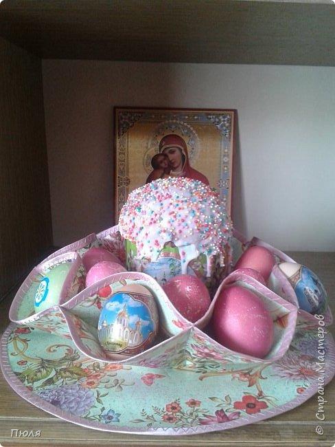 Дорогие друзья, поздравляю Вас со Светлым Праздником! Мира, Добра и Любви всем! Сделала подарки для близких, нашила универсальных салфеток.  Ваза - салфетка  предназначается для Пасхи. В центр можно положить Пасху, а в карманы пасхальные яйца. Так же может служить как ваза для конфет и фруктов, как салфетка и как подставка под горячее, вот ссылка на МК:  http://stranamasterov.ru/node/870474?c=favorite_c   Очень мне в магазине понравилась вот эта клеенка, в живую она смотрится очень нежно, из нее у меня получилось 10 штук.  фото 11