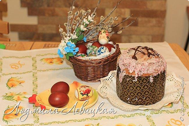 В ободок плетеной ивовой корзинки вставила веточки вербы. Дополнила их листочками, цветочками из фоамирана. На Пасху внутрь корзинки положу ажурную белую салфетку, крашеные яйца и так понесу в церковь...  фото 3