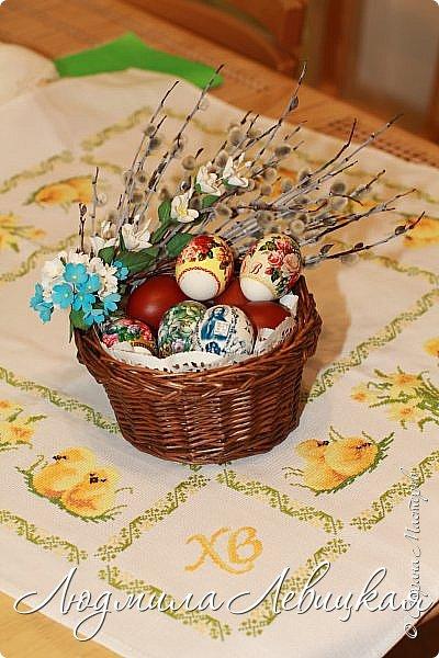 В ободок плетеной ивовой корзинки вставила веточки вербы. Дополнила их листочками, цветочками из фоамирана. На Пасху внутрь корзинки положу ажурную белую салфетку, крашеные яйца и так понесу в церковь...  фото 5