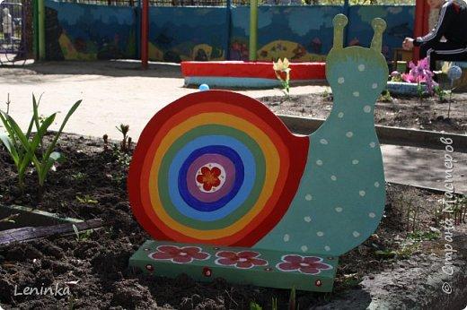 Украшали с ребенком участок в детском саду. Вот что у нас вышло.(Идею фигурок я взяла здесь http://stranamasterov.ru/node/608407  СПАСИБО БОЛЬШОЕ! )Солнышко с облачком,  курочку и улитку мне на работе один хороший человек вырезал из фанерки.  Я только раскрасила.  Забор украсила старыми крышками от ведер с краской. Я просто покрасила крышки и нарисовала героев наших советских  мультфильмов. Купила шарики для сухого бассейна и украсила ими веранду. Сшила чехол на песочницу , вроде хорошо все получилось. Участок стал ярким. фото 4