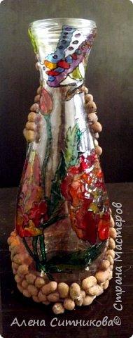 Обычная бутылка разрисована красками по стеклу и декорирована с помощью цветочного дренажа фото 2