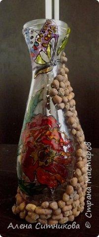 Обычная бутылка разрисована красками по стеклу и декорирована с помощью цветочного дренажа фото 1