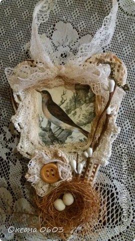 Обожаю творить. На этот раз это сердца в стиле винтаж. Основа - картон, обклееный газетой, ткань, кружево, рамочки самодельные - из гипса, покрытые лаком, картинки из интернета. Надеюсь вам понравится. фото 1