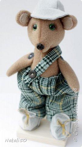 Доброго всем дня!! Хочу поделиться с вами своей новой игрушкой.Это Мишутка. Сшила его из флиса.Кепочка, ботиночки-сама пробую шить..не очень ещё получается,но желание есть научиться. фото 1