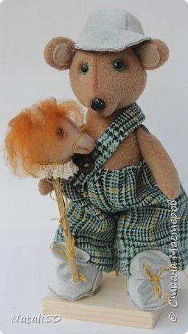 Доброго всем дня!! Хочу поделиться с вами своей новой игрушкой.Это Мишутка. Сшила его из флиса.Кепочка, ботиночки-сама пробую шить..не очень ещё получается,но желание есть научиться. фото 2