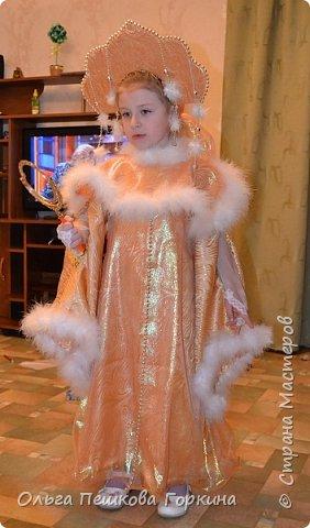 """Несколько лет подряд мы в саду были снежинкой.Банально, но костюм найти не сложно, да и купить можно вполне бюджетный вариант. Но детский сад на то и есть детский сад,чтобы находить в детях таланты,вот и в дочке нашли-актёрский. И о чудо-первая роль, роль Царевны! Помните:""""Свет мой,зеркальце,скажи!""""? Вот тут пришлось поломать голову,потому что всё,что попадалось в магазинах под роль ну никак не подходило,да и цены кусались. Решение было принято-шить самой))) А я ,к сожалению,не швея,ну не моё это-шить. Но надо,так надо! Костюм получился вполне бюджетный, ткань дома лежала на занавеску,но не пригодилась по назначению, докупила только органзу и пушок на окантовку. Вот что в результате вышло,первая примерка :платье,пелерина,кокошник по МК из интернета, митинки. И адский для меня труд и терпение))) фото 1"""