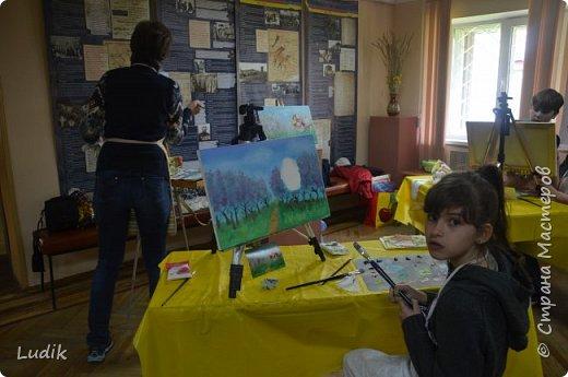 были  мы перед Пасхой с дочкой и сестра с сыном на арт-терапии у замечательной художницы Тани Кучмий немного работал с нами психолог Оля Лукашук,  а потом мы  рисовали вот такую картину (это наша с дочкой работа - влюбленная ворона :) ) фото 3