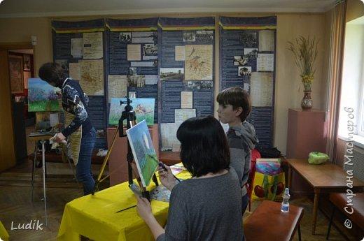 были  мы перед Пасхой с дочкой и сестра с сыном на арт-терапии у замечательной художницы Тани Кучмий немного работал с нами психолог Оля Лукашук,  а потом мы  рисовали вот такую картину (это наша с дочкой работа - влюбленная ворона :) ) фото 4