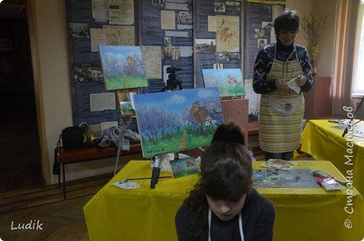 были  мы перед Пасхой с дочкой и сестра с сыном на арт-терапии у замечательной художницы Тани Кучмий немного работал с нами психолог Оля Лукашук,  а потом мы  рисовали вот такую картину (это наша с дочкой работа - влюбленная ворона :) ) фото 5