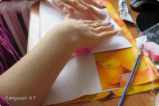 Всем привет! Вот решила сделать небольшой МК . Открытка-(ее слепила из того, что было). 1) Акварельная бумага, 2) акварель 3) куоче старой скатерти 4) губка 5) вырубка(рамка, бабочка), 6) клей 7) кружево 8) цветы бумажные..   фото 5