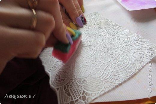 Всем привет! Вот решила сделать небольшой МК . Открытка-(ее слепила из того, что было). 1) Акварельная бумага, 2) акварель 3) куоче старой скатерти 4) губка 5) вырубка(рамка, бабочка), 6) клей 7) кружево 8) цветы бумажные..   фото 7