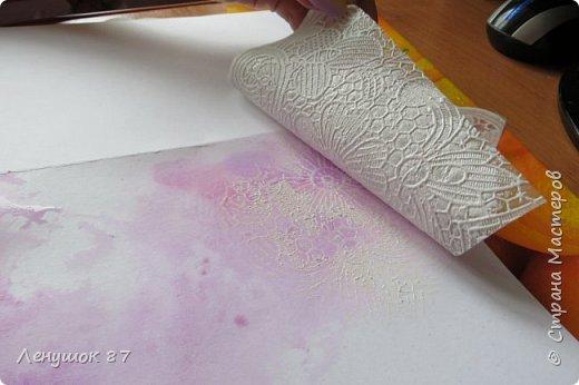 Всем привет! Вот решила сделать небольшой МК . Открытка-(ее слепила из того, что было). 1) Акварельная бумага, 2) акварель 3) куоче старой скатерти 4) губка 5) вырубка(рамка, бабочка), 6) клей 7) кружево 8) цветы бумажные..   фото 9