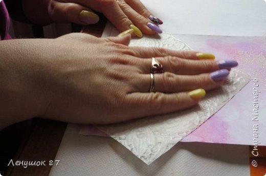 Всем привет! Вот решила сделать небольшой МК . Открытка-(ее слепила из того, что было). 1) Акварельная бумага, 2) акварель 3) куоче старой скатерти 4) губка 5) вырубка(рамка, бабочка), 6) клей 7) кружево 8) цветы бумажные..   фото 8