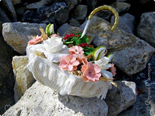 Здравствуйте!!!!! Спасибо за визит)))) Делюсь тем что у меня получилось.....я наполнила свой зонт цветочками. Здесь гардения и её бутончики, цветки сакуры(есть свои недочёты) и красная смородинка, которую я уже показывала. Повторюсь, я на фото как-то увидела торт в виде зонта с цветами и захотелось сделать самой, но уже не торт(по крайней мере сохранится надолго и никто его не съест))))))) фото 1