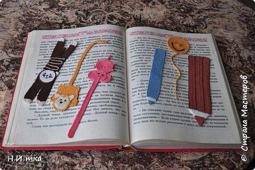 Приятным подарком для  любителей книг будут яркие и красивые вязаные книжные закладки.   У меня получились  такие. Для вязания потребуется немного любой хлопковой пряжи, крючок №2 и хорошее настроение. фото 1