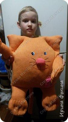 У меня ребенок очень любит котиков. Решила ему сшить кота из свитера и старой подушки. Назвали Апельсинчик. фото 2