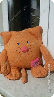 У меня ребенок очень любит котиков. Решила ему сшить кота из свитера и старой подушки. Назвали Апельсинчик. фото 3