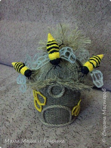 Доброго времени всем жителям. Мы с моей дочкой живем в славном городе Тамбове, и на гербе нашего городе изображен улей с пчелами.  Вот и попросила меня подруга сделать какую нибудь подделку в детский сад с символикой нашего города. фото 10
