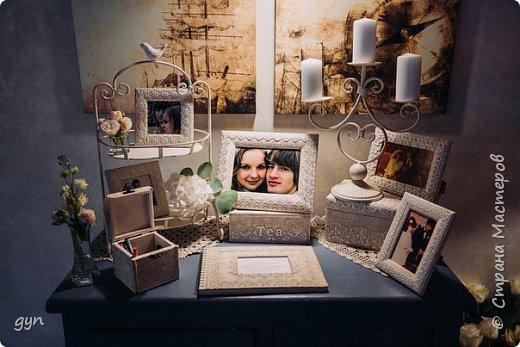 Небольшая гостевая зона, где можно увидеть фото молодоженов, свадебные фото их родителей, а также оставить хорошее напутствие ребятам в Книге Пожеланий. фото 1