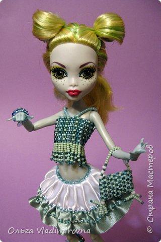 Атласные ленты красивый и доступный материал, стоит только закрепить края от осыпания и можно шить различные наряды для кукол.