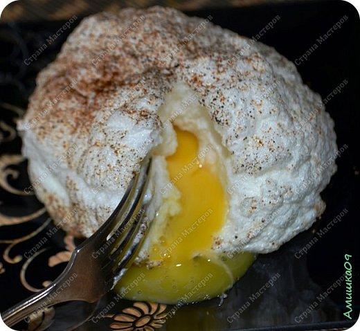 Сложилась у нас в последнее время традиция готовить на субботний завтрак яичницу по какому-нибудь интересному рецепту. Вот очередной, найденный мужем на каком-то иностранном сайте  :) фото 9